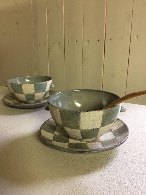 市野太郎さんの スープカップ&ソーサーのセットは 一緒にお使いいただくと お洒落感アップですし もちろん それぞれ単品でもお使い頂けるので 一石三鳥な器たちです♪ ------------------------------------ スープカップ&ソーサーset    5,300円(税別)  ( チェッカー:水玉  各1set) ・スープカップ 径約12cmXh6.8cm  ・ソーサー 直径約15cm ------------------------------------・