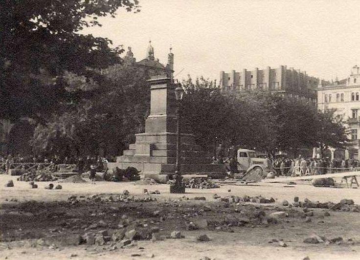 Pomnik Adama Mickiewicza, Kraków -18 sierpnia 1940 , Pomnik Adama Mickiewicza po zniszczeniu przez niemieckich okupantów.