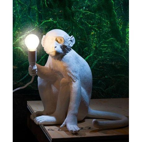 Marcantonio Raimondi Malerba torna in grande stile con la lampada Monkey Lamp seduta a forma di scimmia per Seletti. Design originale e innovativo e sempre divertente per le nostre case.