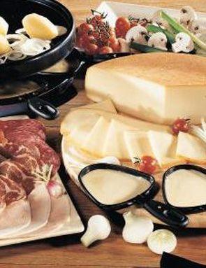 La raclette est un fromage au lait pasteurisé ou cru de vache, à pâte pressée non cuite. De couleur blanche à jaune clair, percée de petits trous. Ce fromage est souple et ferme. C'est un fromage de forme ronde ou carrée.  La saison idéale pour le consommer se situe entre novembre et avril.     Découvrez ce produit sur notre site grandfrais.com !
