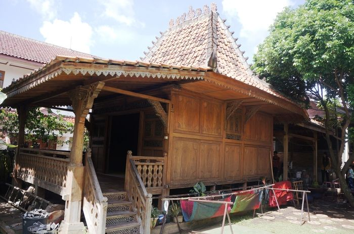 Vernacular: Traditional Indonesian architecture at Batik Komar enriches visitors from abroad batik workshop experience. (Photo by Icha Rahmanti)