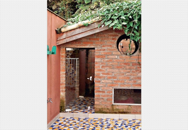 Projetado pelas arquitetas Elaine Delegredo e Luciana Corrêa, este canil é a réplica da casa dos donos: tem revestimento de tijolo de demolição e telhado com caídas