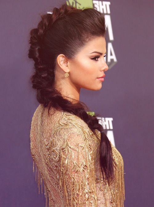Selena Gomez red carpet hairstyle