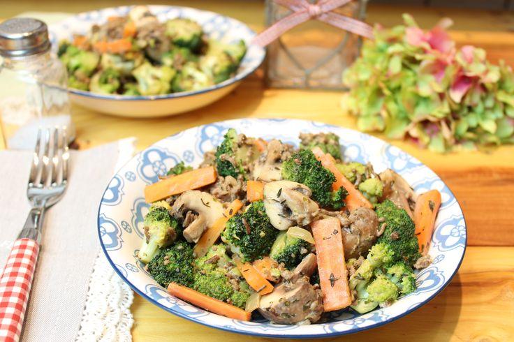 Low Carb Rezepte von Happy Carb: Brokkoli-Karotten-Hackpfanne.