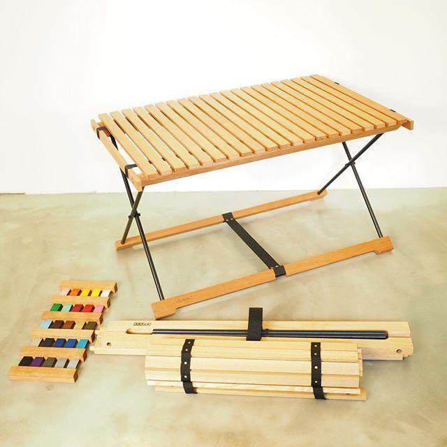 家具デザイナーと木工職人が出会い、作り上げたスタイリッシュなローテーブル。特徴は3つ。1.小さく収納できる2.でこぼこした地面での安定性3.カスタムオーダーが可能1.小さく収納できる ロールトップの天板を外してクルクルと巻けるだけではなく、脚もすべて分解できます。二巻きにして、積載には優しいテーブルです。2.でこぼこした地面でも安定 キャンプ場の地面は凸凹しています。一方で、小さな子供とかがいる時には、テーブルに手をついて立ち上がったりすることもあります。 四隅でしっかりと地面に設置し、かつ凸凹しているところでも安定するように、テーブルの脚の設計を工夫しました。3.カスタムオーダー テーブルの高さ、そしてテープと脚の色のオーダーが可能です。テーブルの高さは、40センチ、45センチ、50センチからお選びください。高さ変更は追加料金がかかりません。テープと脚の色は、黒と白は標準です。それ以外の色をご希望の場合は、色見本からお選びいただき、追加で、「DooGooロールトップテーブルT01…