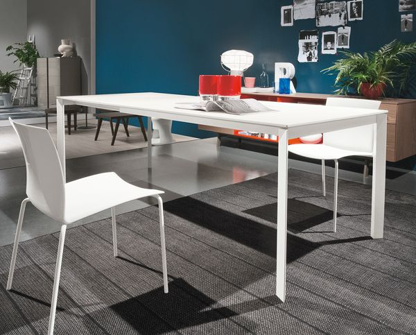 Dublino by Bontempi - A vibrant, modern dining table with a high