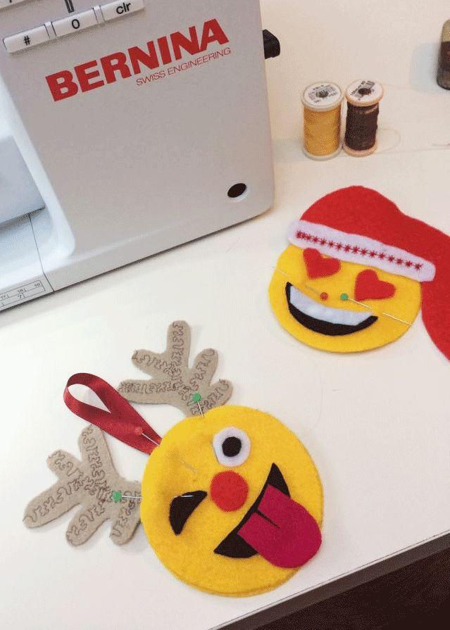 Emojis sind zur Zeit überall anzutreffen und die Kinder lieben sie! Ihrkönnt diese wunderbaren Weihnachts-Emojis aus Filz an den Baum hängen oder Ihr Cheminéesims damit schmücken. Entwerft ganz nach Eurem Geschmack und wählt eigene Augen, Mund, Zunge und gestaltet diese ganz individuell. Filzdekorationen wie diese werden oft von Hand genäht, aber es geht viel schneller sie mit der Maschine ...