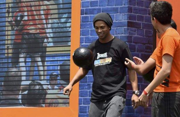 """Ronaldinho dice que al fútbol mexicano le faltan estrellas internacionales  - El astro brasileño Ronaldinho Gaucho dijo hoy que al fútbol mexicano le hacen falta más jugadores de corte internacional.  """"La liga mexicana est�..."""