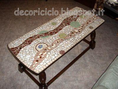 tavolino da salotto trovato in discarica decorato con mosaico di stovigle rotte o spaiate