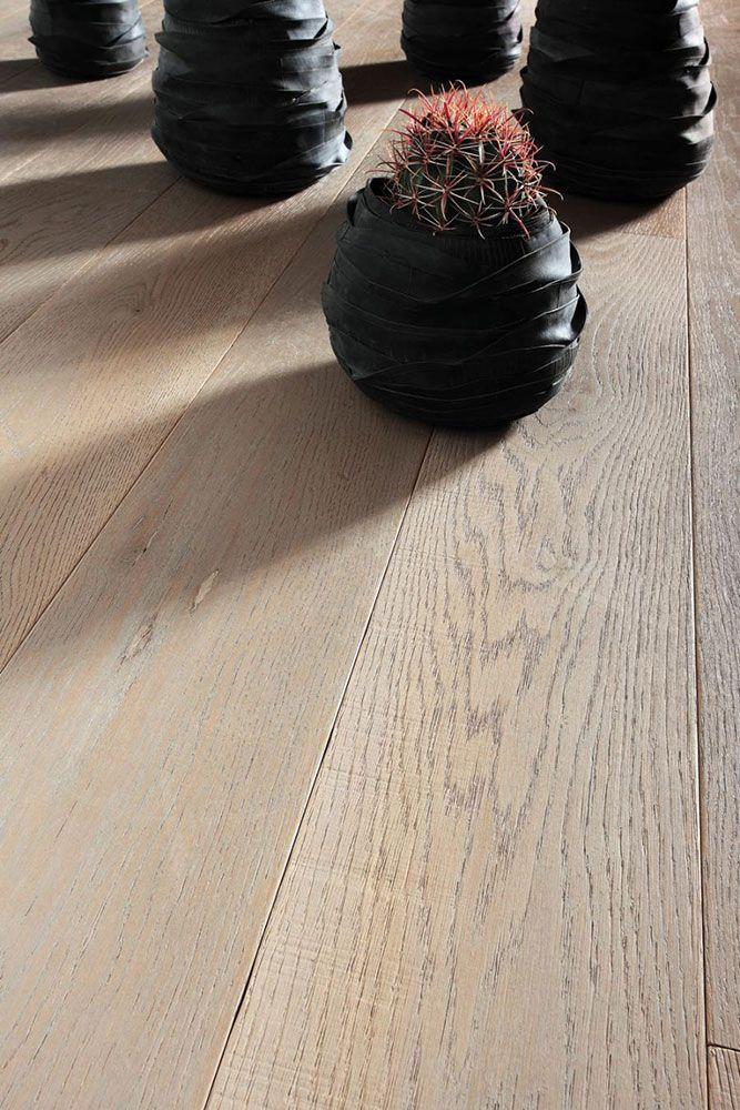 Parquet Stilart Arles Stilart è una linea di pavimenti prevista esclusivamente in essenza di rovere disponibile con finiture e trattamenti su parquet a due strati con finitura ad Olio o Naturale UV. La linea si compone di dieci varianti cromatiche (Siena, Arles, Anversa, Oxford, Oslo, Granada, Dublino, Praga, Colonia, Odessa) e nei formati: 10x120 cm, 15x180 cm, 15x240 cm. Nell'immagine è presentato il parquet Stilart nella variante Arles.