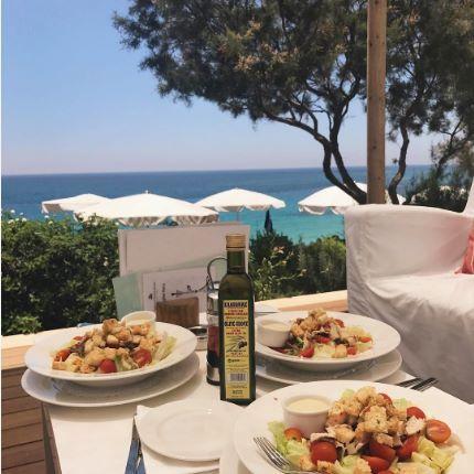 A fresh salad is always tastier when enjoyed by the sea! 📷: @nicolee.alexander #beachlife #mediterraneandiet #island #healthyeating #bythebeach #greciansandshotel #ayianapa #greciansands #visitcyprus #healthyliving #whattoeat #cyprus #foodchoices #hotel #mediterranean #beach
