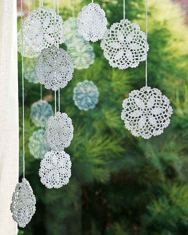 Great detail! Crochet medallions to decorate a window