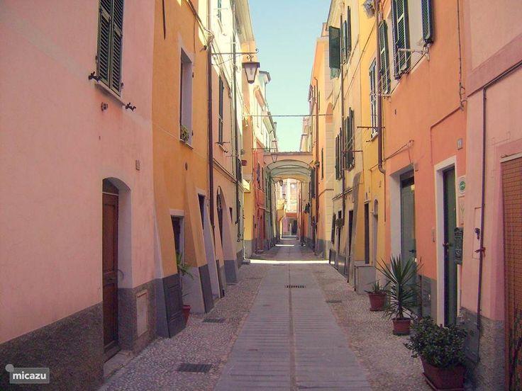 Het eerste huis rechts met de groene voordeur .Vrolijk gekleurde typisch italiaanse huizen uit circa 1600 . Ons huis is met zorg gerenoveerd. U bevindt zich tussen de lokale bevolking.In de garage kunt u fietsen,motoren,surfplanken, buggy's en strandspullen makkelijk opbergen .