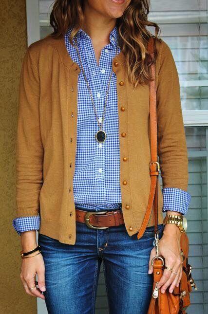 Pantalón de mezclilla con camisa de cuadros. Cinto y accesorios.