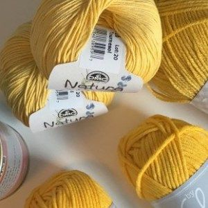 Nadat ik de omslagdoek gehaakt had van ByClaire ben ik helemaal verslaafd geraakt aan haar wol (ByClaire2). Ik kon niet goed kiezen tussen de groen en blauwtinten. Dus wat doe je dan? Juist… ook de blauwtinten bestellen. Ik gebruikte de volgende kleuren:Hemelblauw, Jade, Oceaanblauw, Mint, Taupe en Marine. De bestemming is wel weer een sjaal …