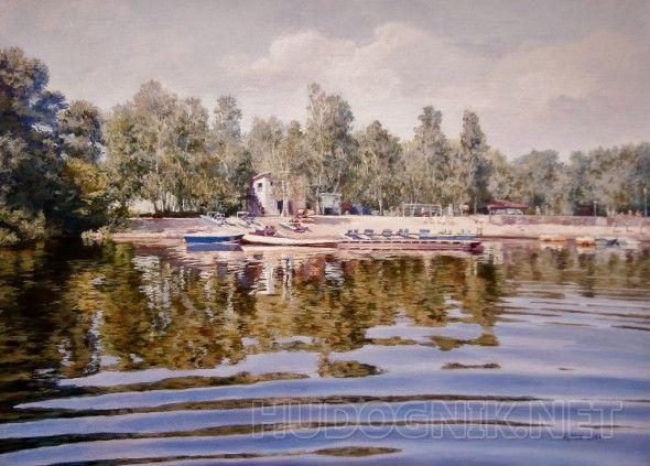 На берегу Солнечный берег с лодками, отражения в воде, летнее теплое настроение