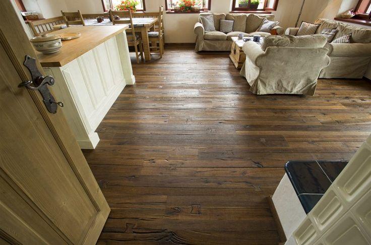 """Původně sloužily """"kolíky"""" (mašličky) k renovaci masivních podlah. Pokud došlo ke vzniku větších spár mezi palubkami, těmito speciálními kolíky se podlahy """"fixovaly"""" zpět k sobě. V kolekci Da Capo jde pouze o designovou záležitost, kolíky jsou navíc zapracované uprostřed lamel."""