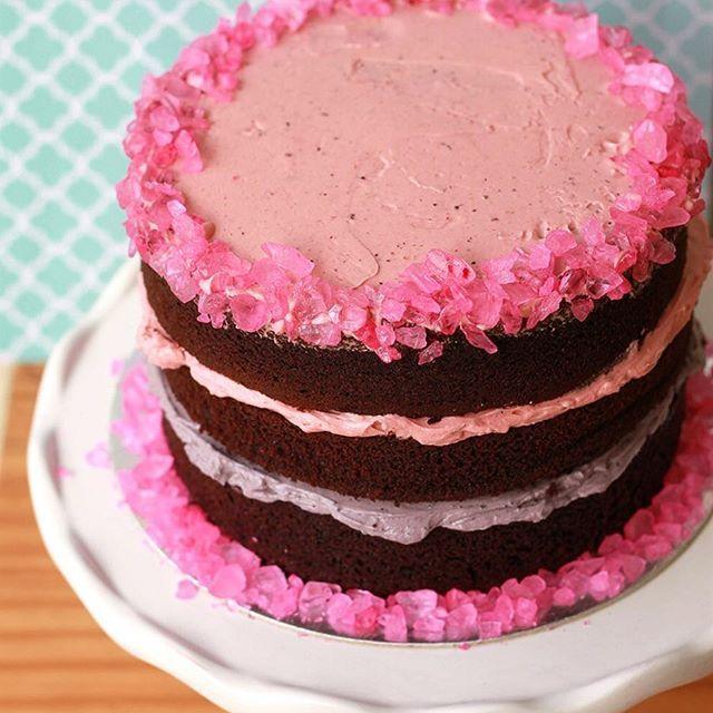 Postei esse bolinho no stories e muita gente pediu a receita - na verdade esse bolo foi feito totalmente no improviso, só pra comemorar o último dia de férias da Cookinha - a massa do bolo é da @yolanda_gampp (tem no site dela) e o recheio são sobras de buttercream de merengue suíço de 🍓morango e blueberry (tem receita no meu blog). As pedrinhas rosa são rock candy que eu trouxe de viagem. Achei essa massa deliciosa, bem chocolatuda! #aprovado #cakestagram #cakes #howtocakeit #buttercream…