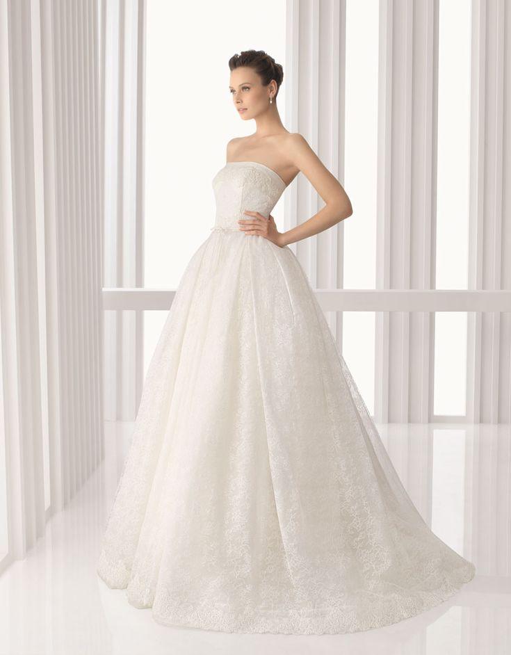 AMERICA - Vestido de novia de chantilly y encaje rebrodé con chaqueta de tul y encaje rebrodé en color natural.