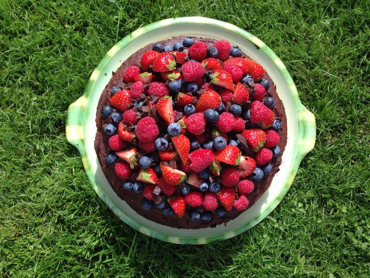 Chokoladekage med chokoladefrosting og bær