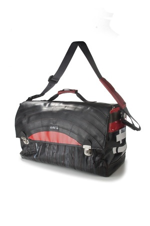 Do you remember the doctor's bag? This is Stone River, just a bit larger, designed for those who want to move. http://kheperbags.it/en/1023/Stone-River.htm €210