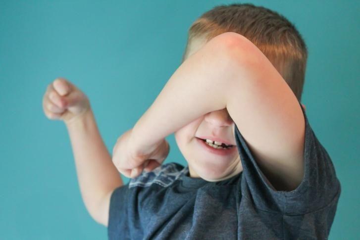 Szakértők arra figyelmeztetnek, hogy az ADHD, azaz a figyelemzavaros hiperaktivitás tünetei kisgyerekeknél elfedhetik az autizmus tüneteit, így az érintetteknél előfordulhat, hogy tévesen félrediagnosztizálják őket ADHD-val, és már csak későn derül ki, hogy esetükben valójában autizmusról van szó.