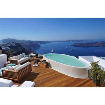 Cet ensemble de suites de luxes, perché en haut de la crête de Santorini (aussi appelé Théra), offre des panoramas superbes sur la mer Egée et sur les îles volcaniques au premier plan. Les suites comportent à l'intérieur comme à l'extérieur des murs blancs et lisses, des sols en bois de qualité, des équipements en bois et des décorations et accessoires modernes. Le jour, vous pourrez vous détendre dans votre jacuzzi privé, un verre de champagne à la main, en admirant la vue spectaculaire.