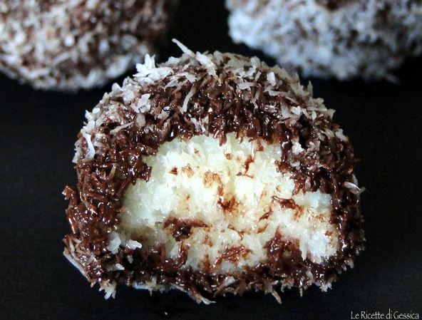 Questi dolcini sono delle palline di cocco con latte condensato e cioccolato fondente. E' un dolce senza cottura, veloce e senza uova, burro o biscotti.