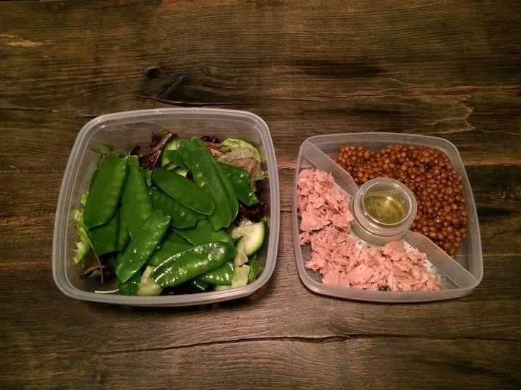 http://www.glowmagazine.nl/linzensalade-met-peultjes-linzen-en-tonijn/ Groenten kun je prima bewaren voor je lunch van de volgende dag. In dit lunchinspiratie recept gebruik je ze voor een lekkere linzensalade on-the-go.