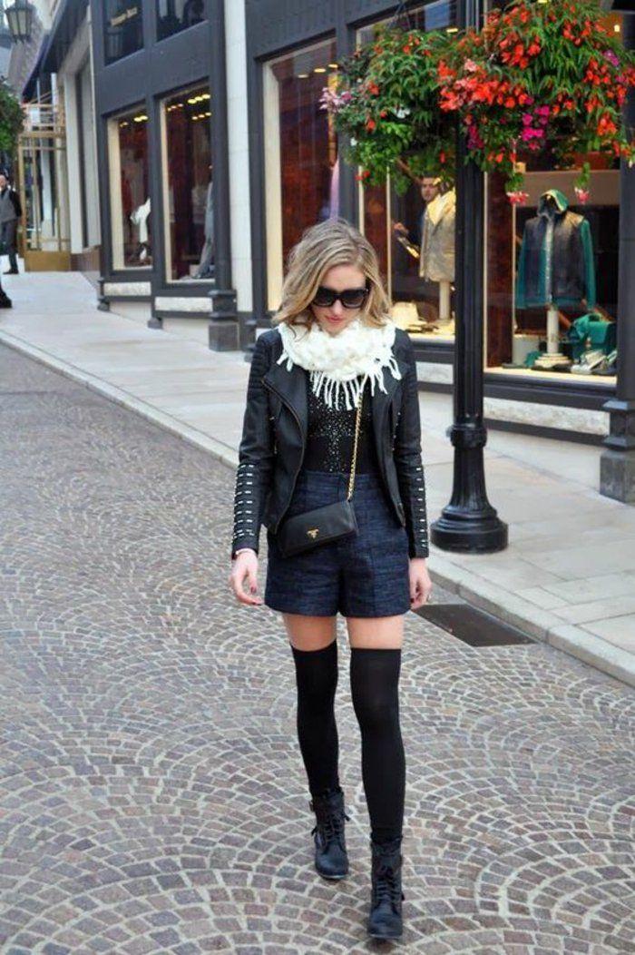 look décontractée pour une journée en ville, short et veste en cuir associés avec des jambières noires