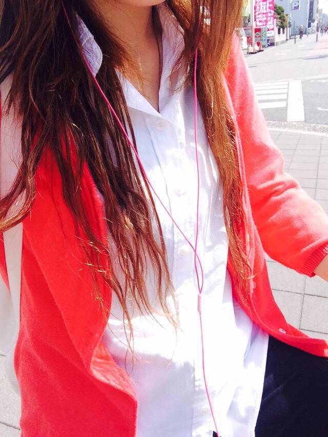 白シャツ 黒のスキニー ピンクのカーディガン