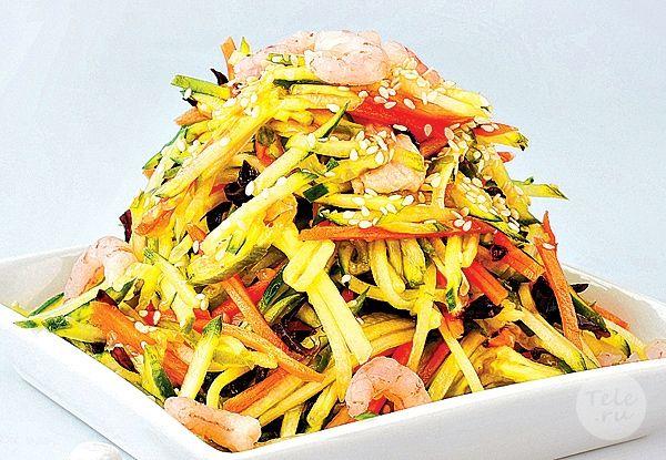 Тайский салат с лапшой и креветками