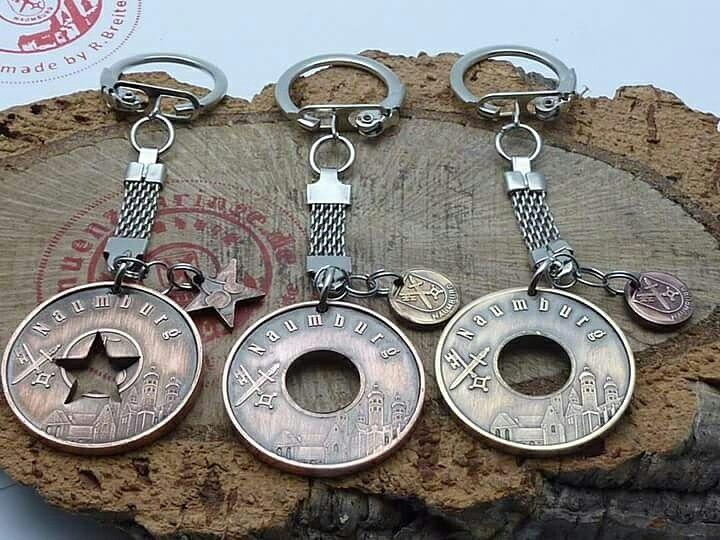 www.muenzenringe.de Schlüsselanhänger mit Naumburger-Motiv 😁 #schmuckstück #schlüsselanhänger #naumburg #naumburgsaale #suvenir #anhänger #coin #dom#wenzelskirche #kischfest #uta #peterundpaul #kupfer #messing #steel #clam #handmade #graft #jewelery #insta #coinring  #chic #beads #charms #silver #love #chic #beauty #fashion #münze #stadt