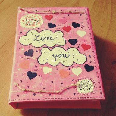 Lovebook, alebo Kniha lásky a Vašich spoločných spomienok, vytvorená scrapbook technikou.<br>Rozmery knihy: 15 x 22 cm<br>Rozmery strán: 14,5 x