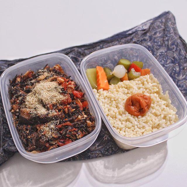 今日の弁当 ヒジキと干し椎茸とツナ缶をトマト缶で煮込んだヤツっww 発芽玄米にピクルスと梅干添えたヤツっww #food #dishies