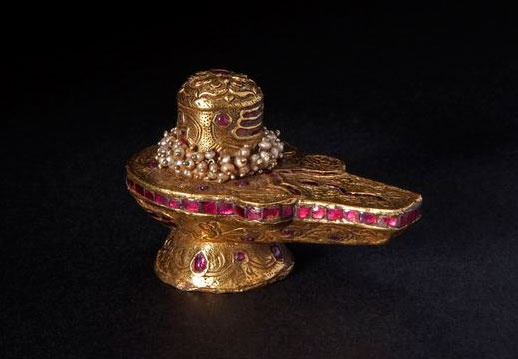 LINGAM, 22k gold cladding, with ruby inlay and basra pearls. India, Tamil Nadu, Early 20th c.