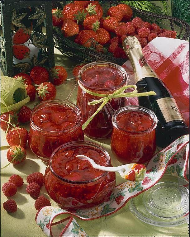 Unser beliebtes Rezept für Erdbeer-Himbeer-Sekt-Konfitüre und mehr als 55.000 weitere kostenlose Rezepte auf LECKER.de.