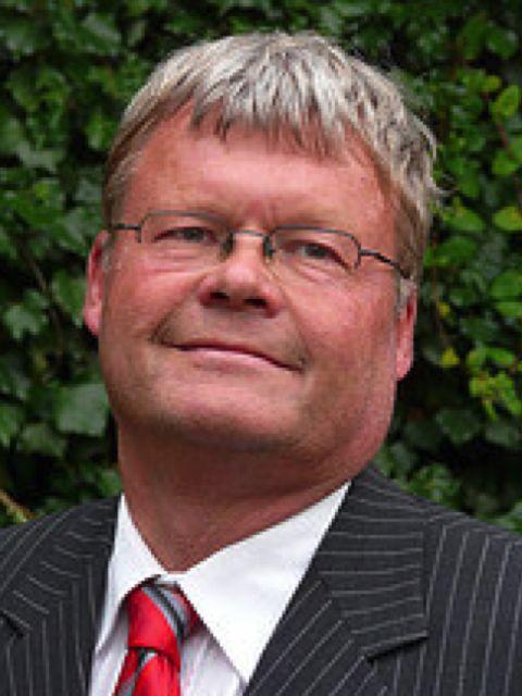 Frank den Butter is auteur van het boek 'Koppelzones'. Frank is sinds 1988 hoogleraar Algemene Economie aan de Vrije Universiteit. Hij was van 1998 tot 2003 lid van de Wetenschappelijke Raad voor het Regeringsbeleid. Frank heeft vele wetenschappelijke publicaties, zowel in de internationale als in de Nederlandse literatuur. #frankdenbutter #koppelzones #futurouitgevers