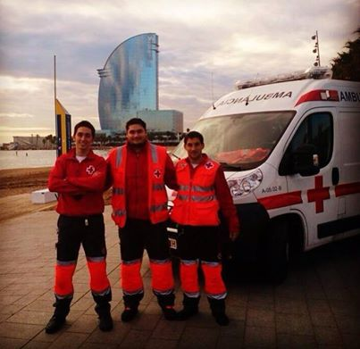 FOTOGRAFÍA CON TU UNIDAD O EQUIPO  Vemos hoy la otra foto que nos envió nuestro compañero Eduard López Fernández, desde Cruz Roja Barcelona. Está con sus compañeros: Ramón (a su izquierda) y Sergio (a su derecha). Detrás, su unidad: la A-05.02.  Enviarnos vuestras imágenes, todas las que queráis, por mensaje a nuestra página, o por e-mail a: correoambulanciasyemergencias@gmail.com Intentar aportarnos datos, para que todos, desde nuestros distintos países, os conozcamos un poco más.