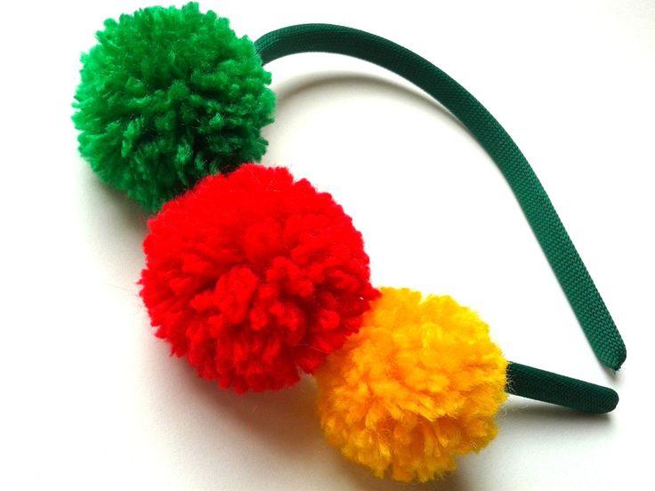 Tiara em arco verde, com detalhe em 3 pompons de lã nas cores: verde, amarela e vermelha. Um acessório lindo, exclusivo e super atual para o look da sua pequena!    COMPRIMENTO DA TIARA: 38cm aproximadamente.  LARGURA DA TIARA: 1cm aproximadamente.  COMPRIMENTO TOTAL DO ENFEITE: 13cm aproximadame...