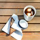 Coconut coffee 😍  1. Kokosmilch in einen Eiswürfelbehälter füllen und über Nacht einfrieren. 2. Am nächsten Morgen eine Tasse kalten Kaffee je mit einem Teelöffel Kokosöl, Vanilleextrakt und zwei Teelöffeln Kakao vermengen. Eiswürfel dazugeben, fertig! Yummy!!