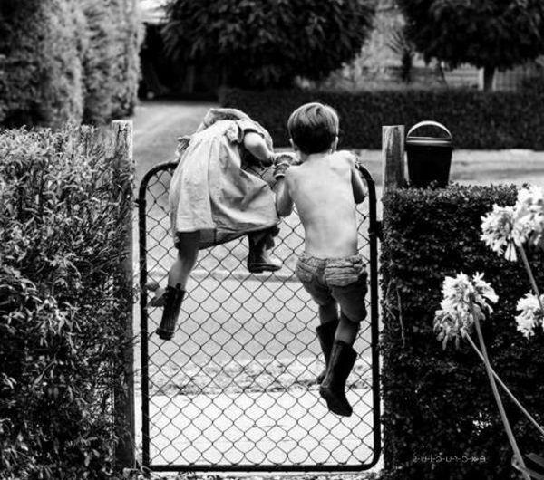 une-photographie-amusante-noir-et-blanc-des-enfants-qui-echappent