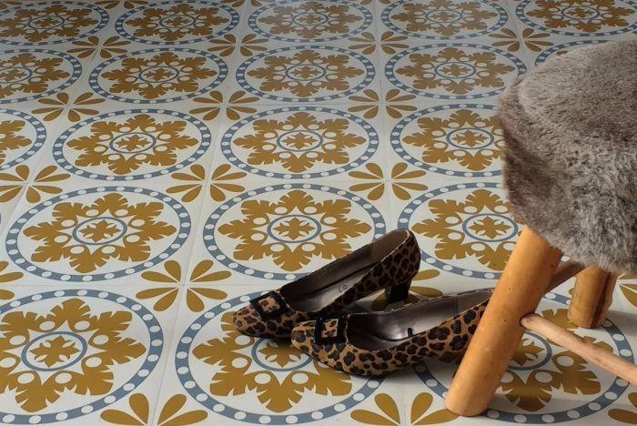 Het motief van deze zelfklevende vinyltegels Sorzano is gebaseerd op tegels gevonden in een boerderij in de Spaanse streek Rioja. De tegels hebben een lichtgrijze achtergrond, met accenten in donkergrijs en mosterdgeel. Ontworpen en geproduceerd door Zazous. https://www.funky-friday.com/vloeren-vinyl/vloeren-per-m2/zelfklevende-vinyltegels-vloertegels-sorzano.html