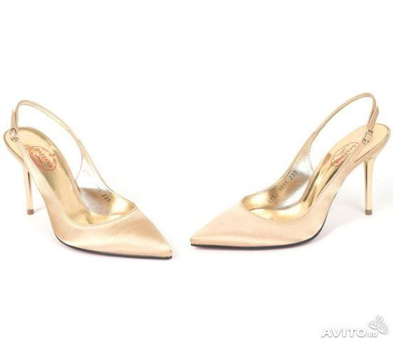 Бежевые атласные туфли