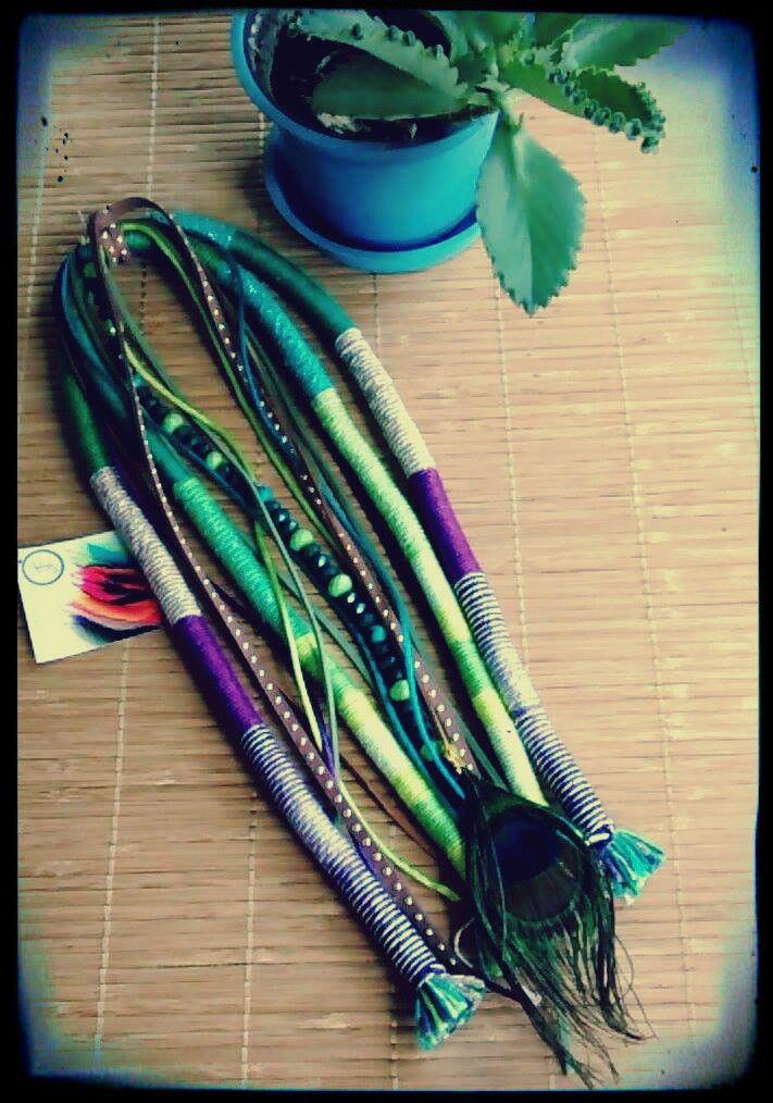Dread feito de linhas em tons de verde bege com brilho, roxo....fios de camurça, pena de pavão e fio de cristais!
