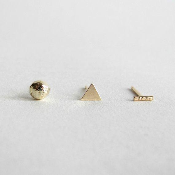 Dreifache Öko Sterlingsilber oder 9ct EcoGold Ohrring Set von 3 oder 6  Sie können mischen und diese Bolzen entsprechen, so dass sie in jeder Komposition Ohr getragen werden können, die Sie mögen.  Ihre Ohrringe mit Sterling Silber / 9ct Gold Schmetterling Rücken kommen und bestehen aus recycelten Sterling Silber / EcoGold, so dass sie perfekt für diejenigen, die Öko-Bewusstsein und eine nachhaltige, umweltbewusste Lebensweise bevorzugen.  1 x Bar-Ohrring - ca. 5mm hoch 1 x Dreieck-Ohrring…