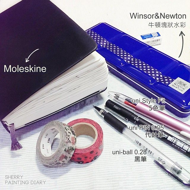 """#手帳 用具公開 : #Moleskine 才更新到5月而已,已經變合不起來的小胖子😄 🔼Moleskine一日一頁手帳:很厚重,它幾乎沒有出門過~ 🔼Winsor&Newton牛頓#塊狀水彩:一般等級12色,對我來說夠用,習慣一定要調色後再上色,這也是種練習喔←強迫症 🔼uni Style Fit 5色筆:很多人愛~很好寫,攜帶方便 🔼uni PIN 0.05 代針筆:插畫的黑框線都用它,防水防油,偏愛最細的0.05mm 🔼uni-ball 0.28 黑筆-手帳內文,為了整齊幾乎只用黑筆,而且好好寫~ 🔅(漏拍)水彩是用""""林三益""""圭筆,大中小號。 #watercolor#illustration#illustrators#art#article#artwork#paint#draw#sketch#sketchbook#水彩#winsorandnewton#牛頓#手繪#日記#diary#ink#drawing#taiwan#文具"""