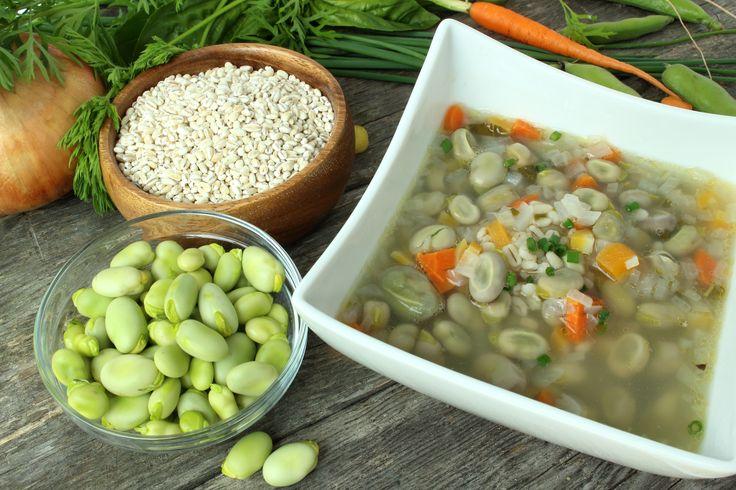 """Une soupe nourrissante et réconfortante qui met en valeur la gourgane ou """"fève des marais"""". La recette originale de la région du Saguenay (Québec) emploie du lard salé, omis ici pour la rendre plus """"santé""""."""