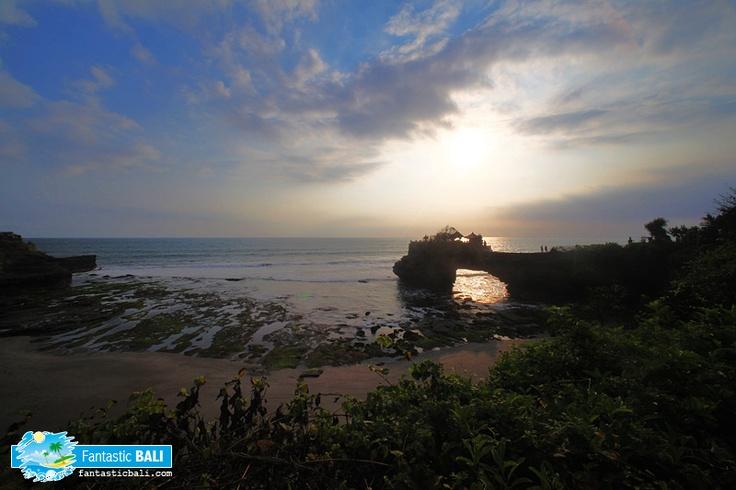 Pura Batu Bolong ini masih satu kompleks dengan Pura Tanah Lot.