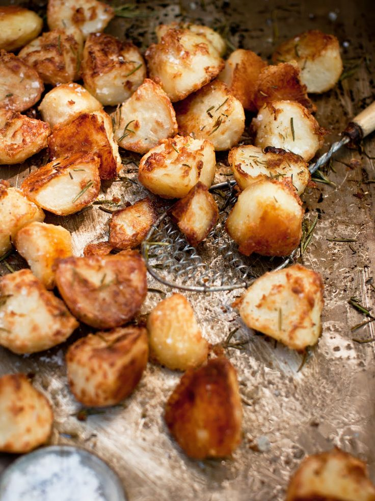 Super Crunchy Roast Potatoes: the best crunchy potato recipe ever! Perfectly crunchy,
